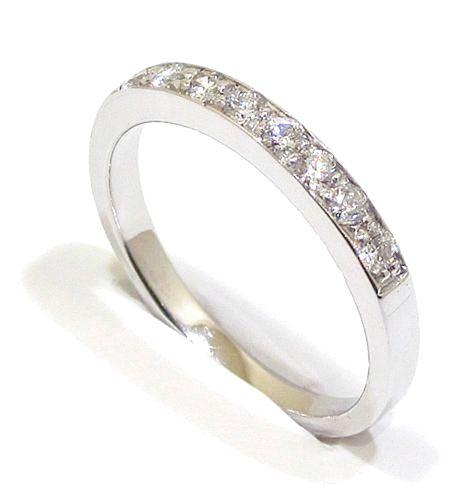 Anillo alianza oro blanco 18k con diamantes Un clásico anillo alianza oro blanco 18k con diamantes talla brillante montados en línea de pavé. Perfecto para una petición de mano o aniversario.