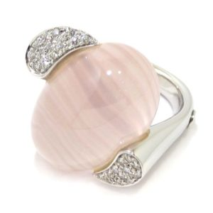 Anillo cuarzo rosa cabujon diamantes oro blanco